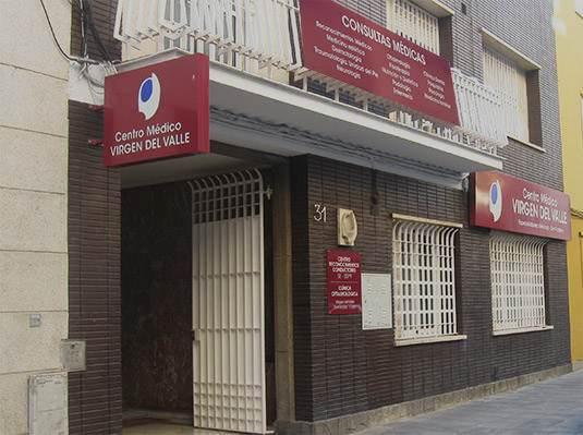 Centro médico Virgen del Valle, fachada del edificio en Los Remedios, Sevilla